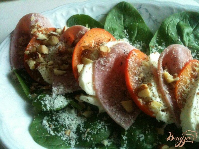 Фото приготовление рецепта: Салат из моцареллы с хурмой и ветчиной шаг №4