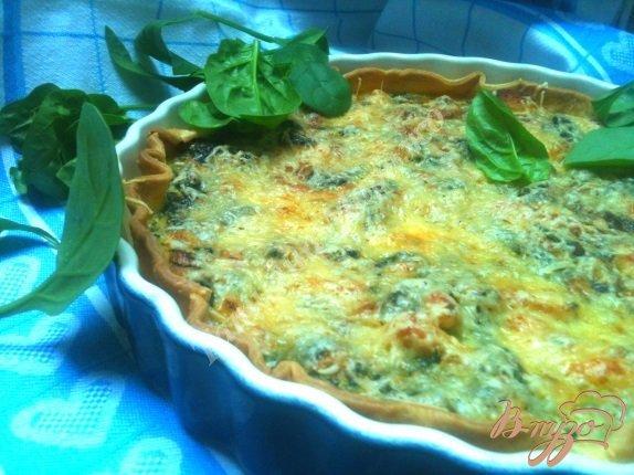 Фото приготовление рецепта: Пирог со шпинатом и куриным мясом шаг №9