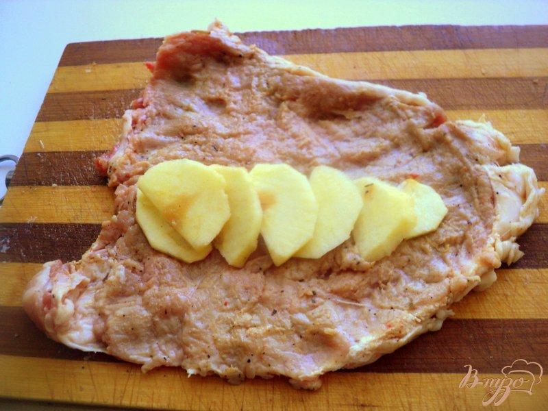 Фото приготовление рецепта: Отбивные с яблоками шаг №3