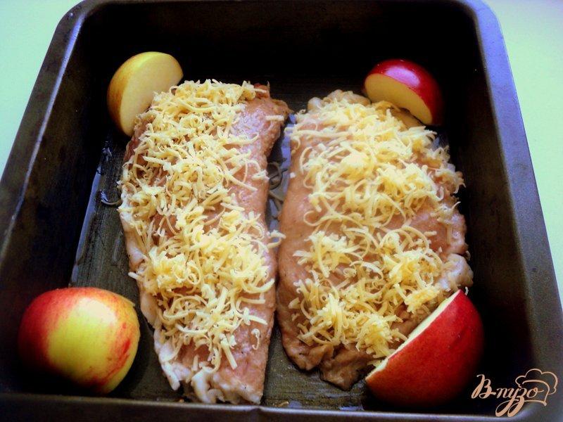 Фото приготовление рецепта: Отбивные с яблоками шаг №5