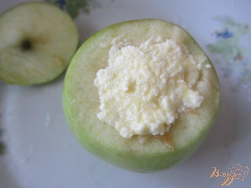 Фото приготовление рецепта: Яблоки с сюрпризом шаг №5