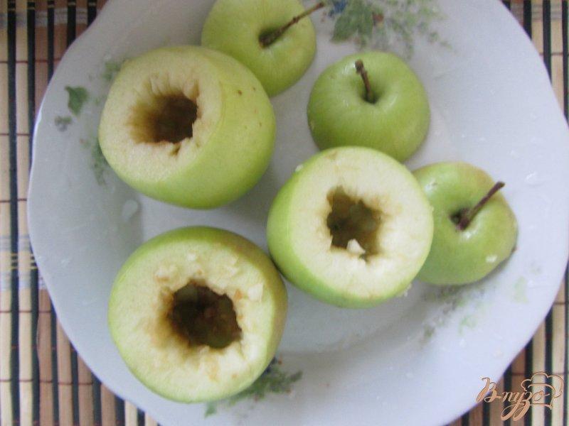 Фото приготовление рецепта: Яблоки с сюрпризом шаг №2