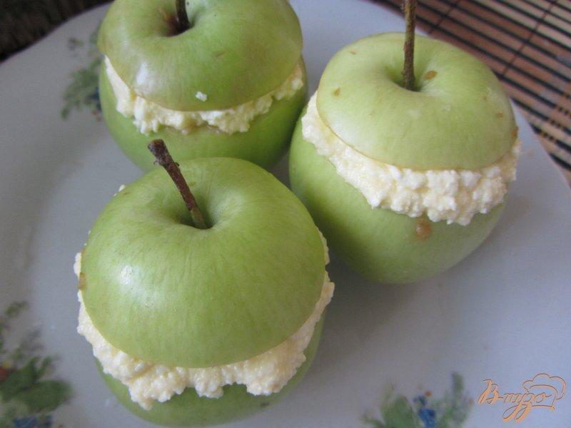 Фото приготовление рецепта: Яблоки с сюрпризом шаг №6