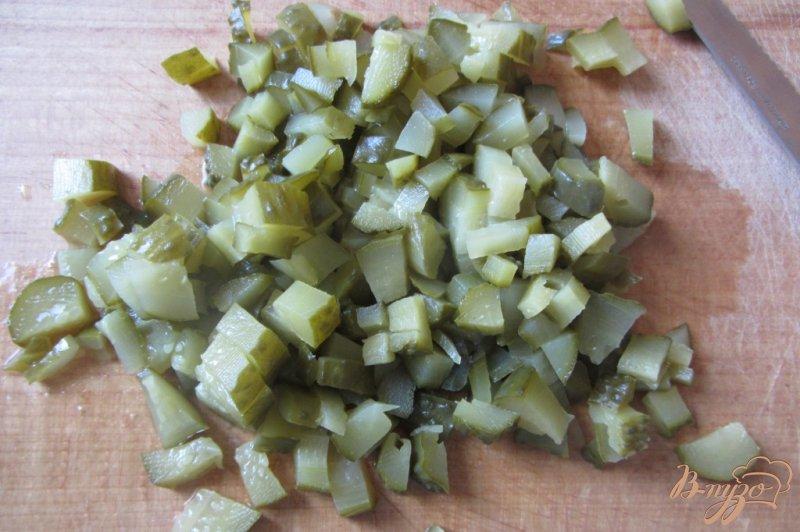 Фото приготовление рецепта: Cалат консервированные огурцы с луком шаг №2