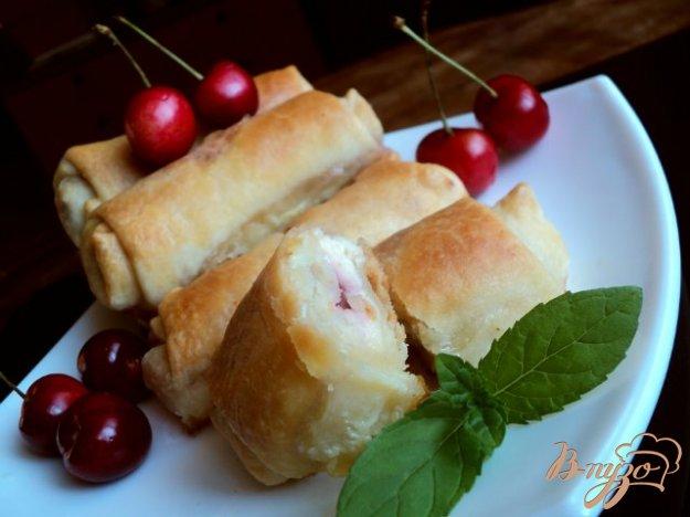 фото рецепта: Пирожки с творогом и черешней.