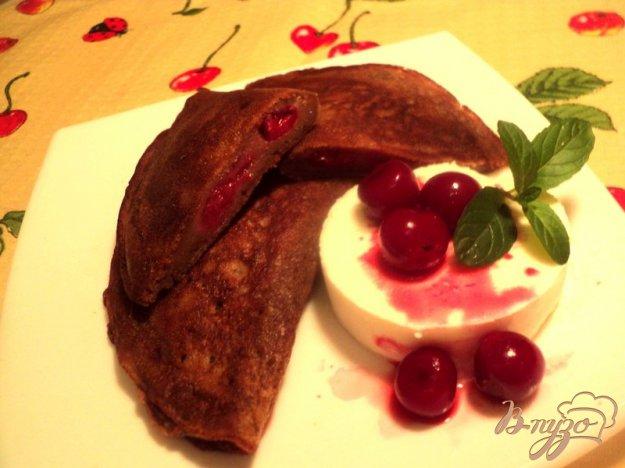 Рецепт Блинные шоколадные пирожки с вишней