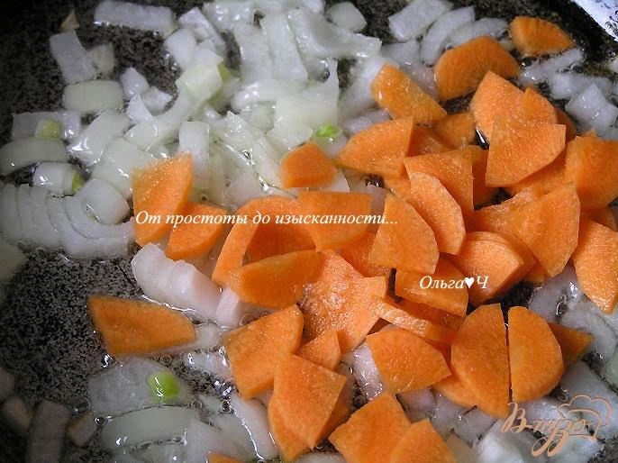 Фото приготовление рецепта: Суп с печенью минтая, мартини и маслинами шаг №2