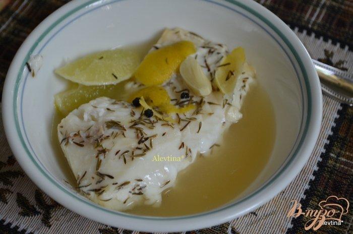 Фото приготовление рецепта: Палтус в лимонно-тимьянном бульоне шаг №4