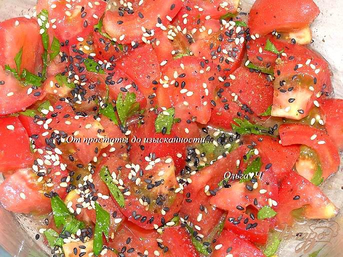 Фото приготовление рецепта: Салат с помидорами и кунжутом шаг №2