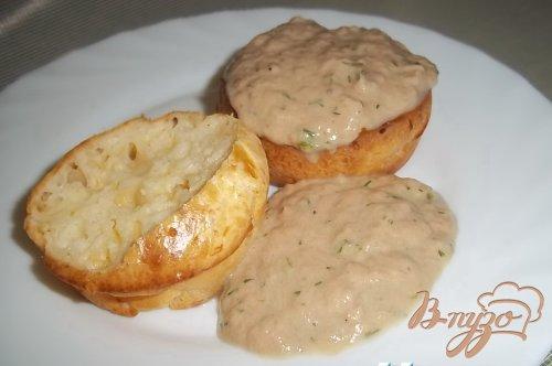 Сырные кексы с соусом из тунца