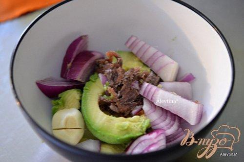 Авокадо с анчоусами и яйцом