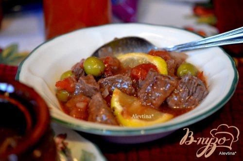 Тушеная говядина с зелеными оливками