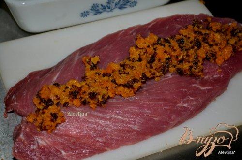 Свиная вырезка с фруктово-ягодной начинкой и апельсиновым соусом