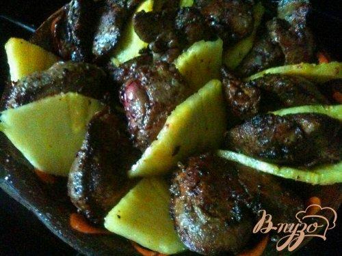 Куриная печень с кусочками ананаса