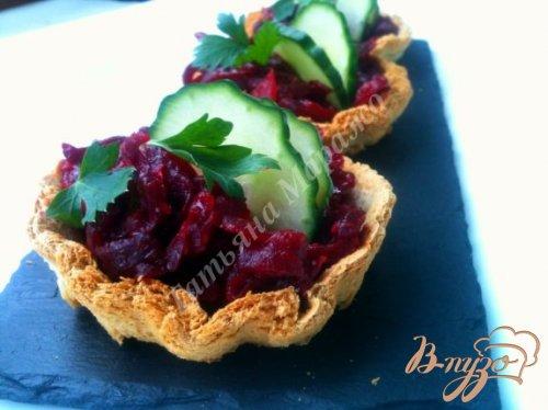 Хлебные корзиночки со свекольным салатом