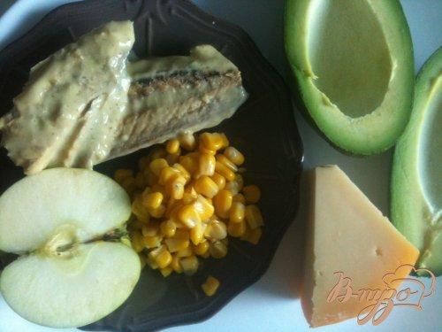 Салат из авокадо с макрелью и сыром