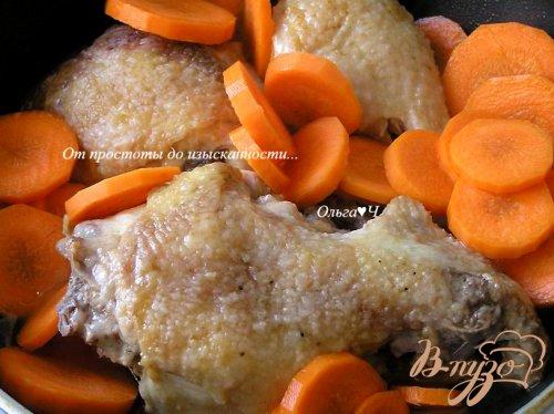 Курица с морковью и зеленым горошком