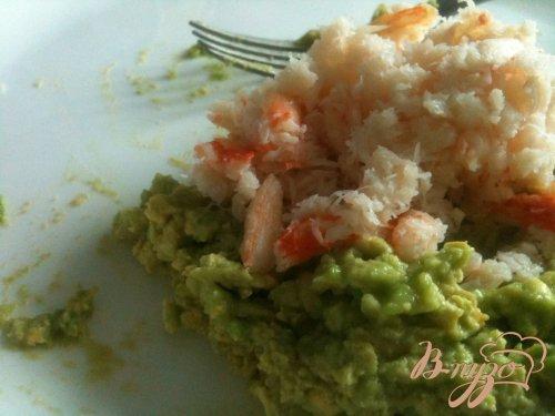 Яйца фаршированные авокадо и крабовым мясом