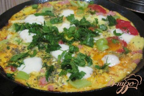 яичница с моцареллой и зеленью