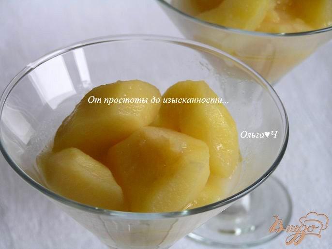 Фото приготовление рецепта: Теплый яблочный десерт с вишневым конфитюром шаг №3