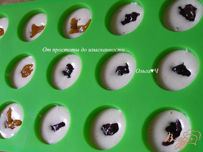 Фото приготовление рецепта: Миндальные птифуры с конфитюром шаг №4