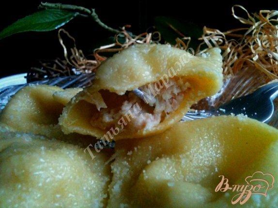 Фото приготовление рецепта: Равиоли с копченой рыбой и сыром шаг №7