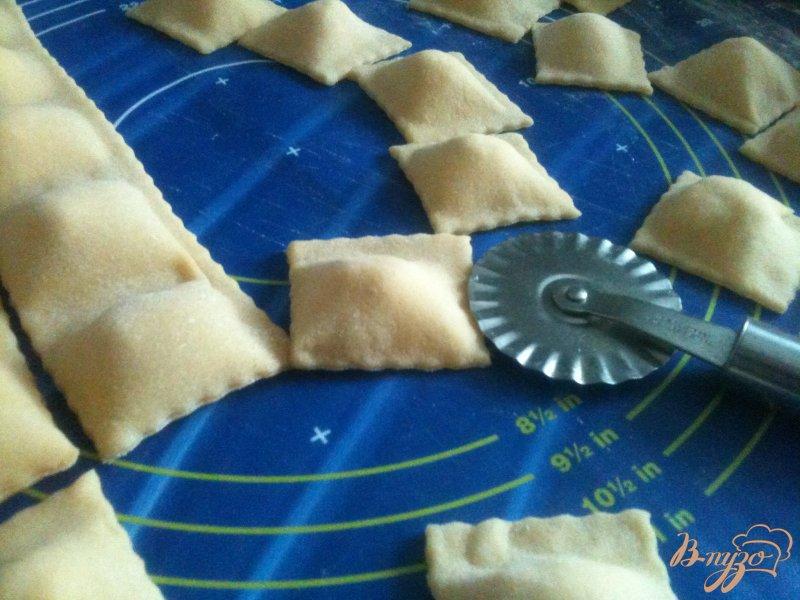 Фото приготовление рецепта: Равиоли с копченой рыбой и сыром шаг №5