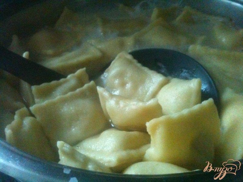 Фото приготовление рецепта: Равиоли с копченой рыбой и сыром шаг №6