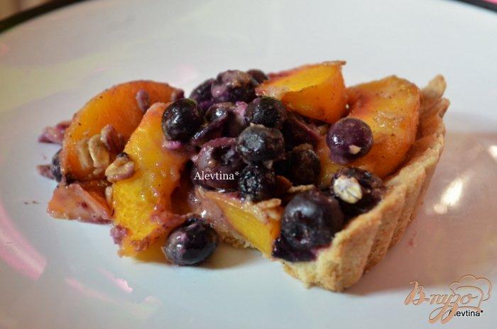 Фото приготовление рецепта: Тарт с голубикой и персиками шаг №5
