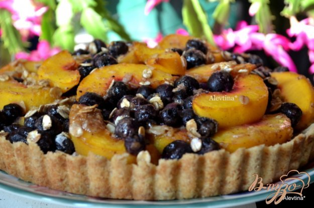 фото рецепта: Тарт с голубикой и персиками