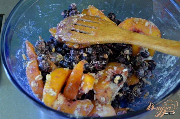 Фото приготовление рецепта: Тарт с голубикой и персиками шаг №3