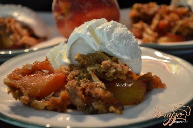 фото рецепта: Персиковый крамбл с базиликом и миндалем