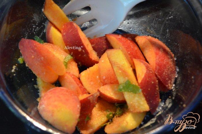Фото приготовление рецепта: Персиковый крамбл с базиликом и миндалем шаг №1