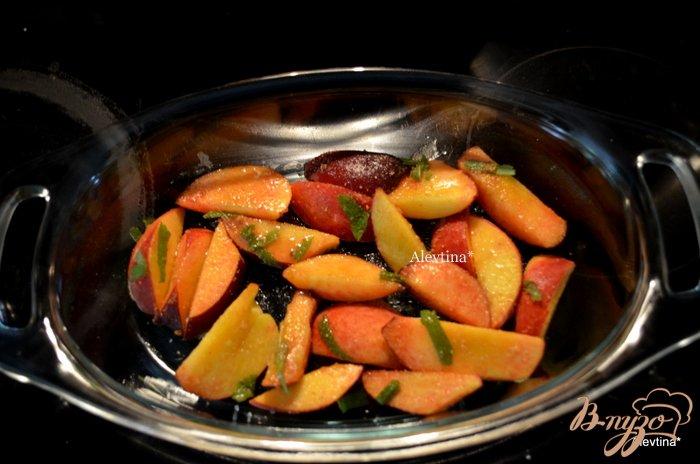 Фото приготовление рецепта: Персиковый крамбл с базиликом и миндалем шаг №3
