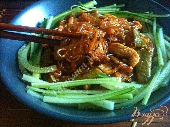 Рецепт Салат с куриным мясом и рисовой лапшой