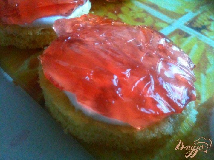 Фото приготовление рецепта: Бисквитные пирожные шаг №6