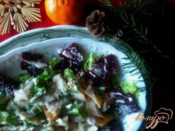 Фото приготовление рецепта: Салат с мандаринами, свеклой и копченой рыбой шаг №7