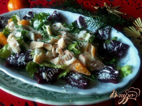 фото рецепта: Салат с мандаринами, свеклой и копченой рыбой