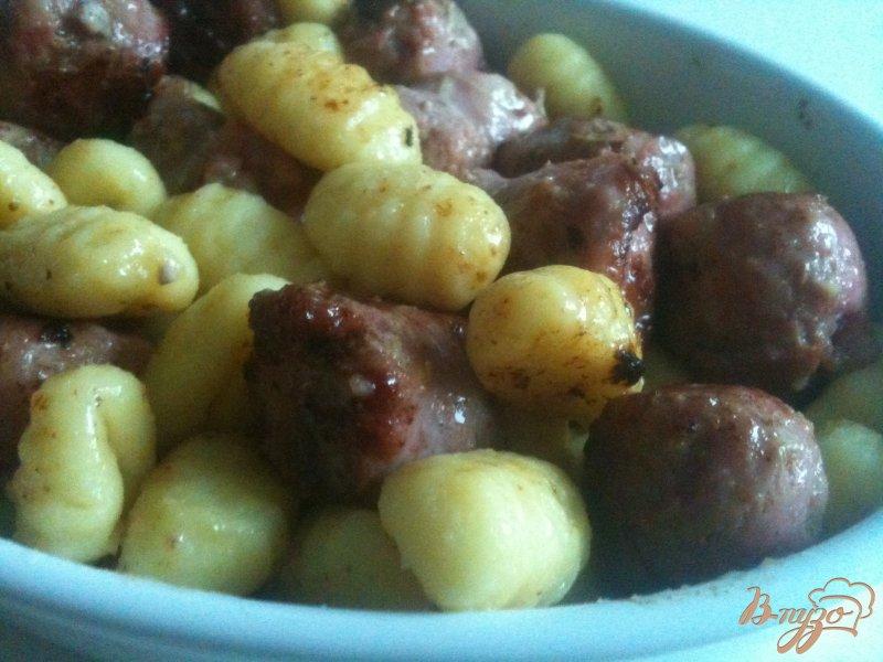 Фото приготовление рецепта: Ньокки с жареными колбасками шаг №3