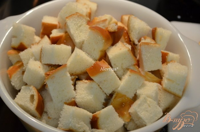 Фото приготовление рецепта: Ягодный хлебный пудинг с соусом шаг №2
