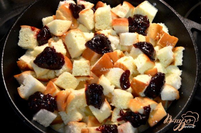 Фото приготовление рецепта: Ягодный хлебный пудинг с соусом шаг №4