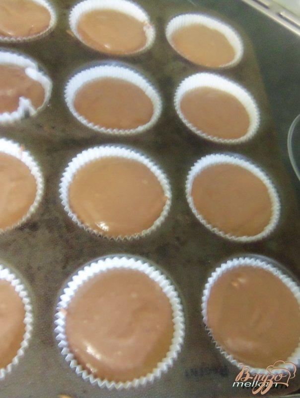 Фото приготовление рецепта: Кексы на кока-коле шаг №4