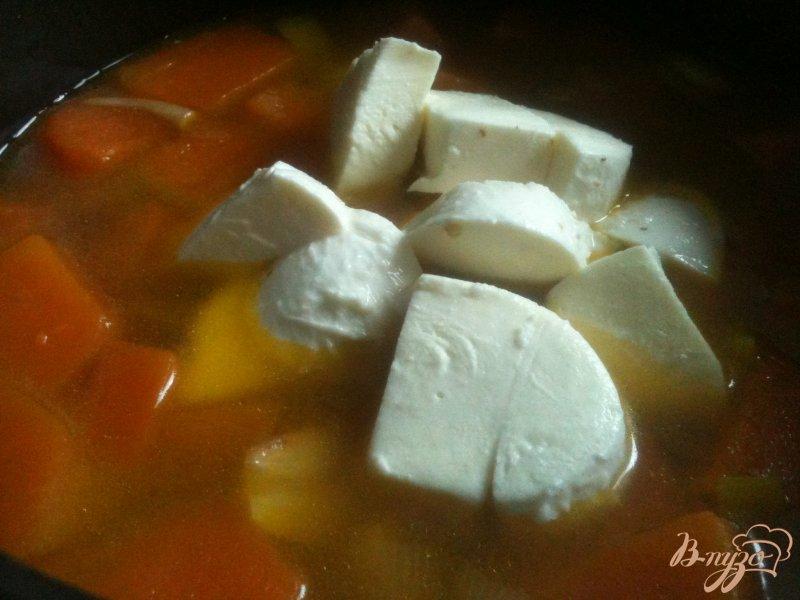 Фото приготовление рецепта: Тыквенный суп с моцареллой шаг №4