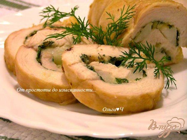 фото рецепта: Рулет из куриной грудки с грушей и сыром