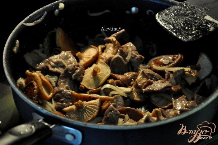 Фото приготовление рецепта: Тушеная говядина на пиве темном с грибами шаг №3