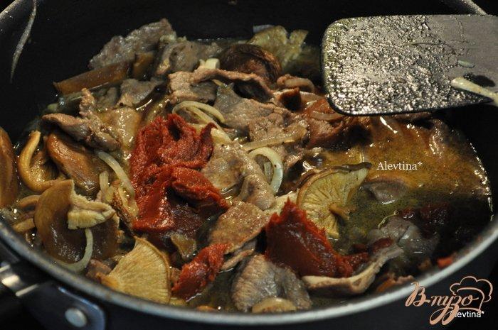 Фото приготовление рецепта: Тушеная говядина на пиве темном с грибами шаг №5