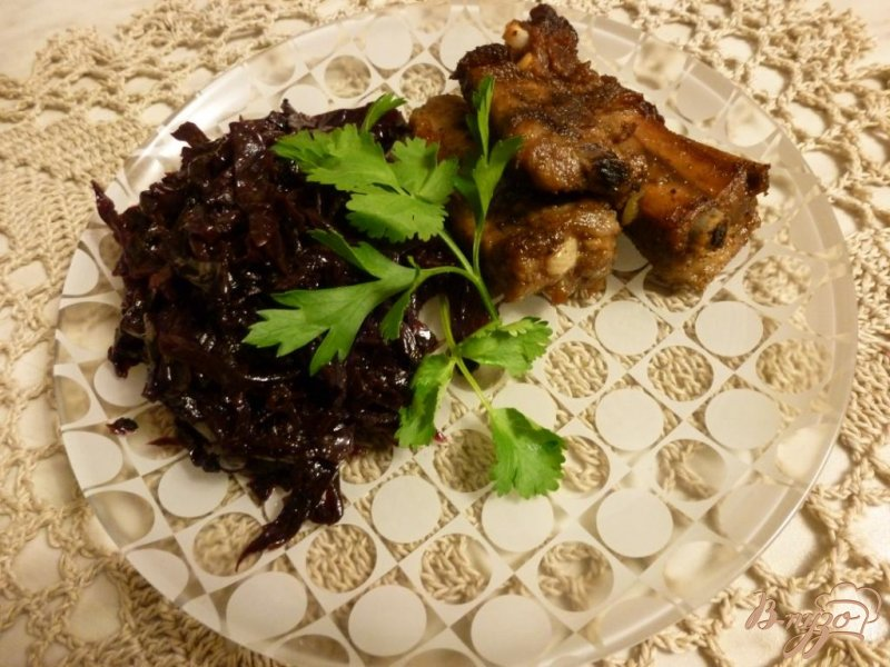 Фото приготовление рецепта: Жареные свиные ребра с луком шаг №4