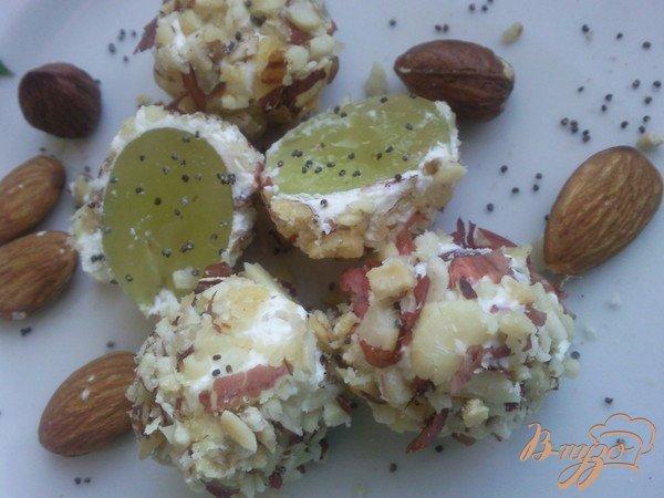 фото рецепта: Ореховые шарики с виноградом