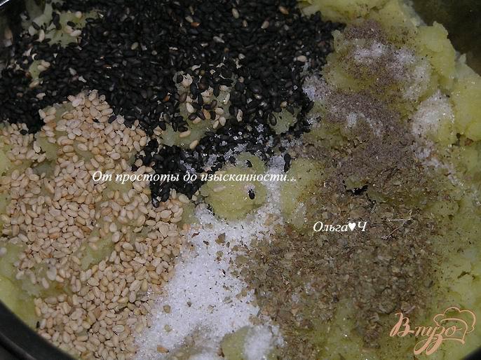 Фото приготовление рецепта: Картофельные рулеты с кунжутом шаг №4