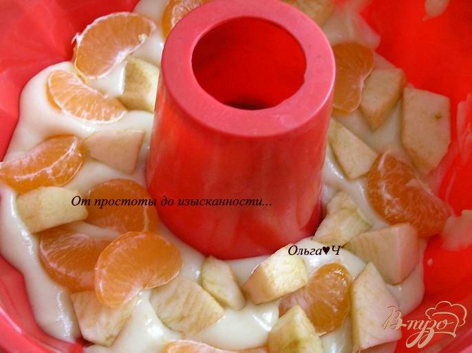 Фото приготовление рецепта: Кекс с яблоками и мандаринами шаг №4